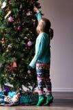 La Navidad que adorna con los niños Imagen de archivo libre de regalías