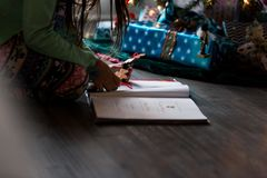 La Navidad que adorna con los niños Imagen de archivo
