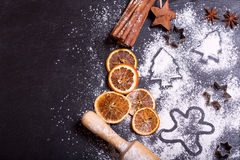 La Navidad que cocina con los ingredientes de la hornada Foto de archivo libre de regalías