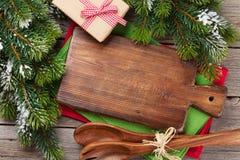 La Navidad que cocina la tabla, la caja de regalo y los utensilios Fotografía de archivo libre de regalías