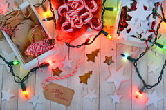 La Navidad que envuelve fuentes y luces Imagen de archivo