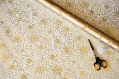 La Navidad que envuelve los scissorss de papel del regalo Imagen de archivo