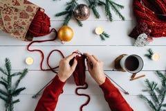 La Navidad que hace punto en la tabla de madera adornada blanca Fotografía de archivo