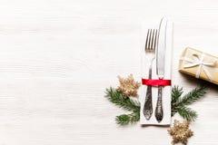 La Navidad que pone las citas de tabla, tabla que fija opciones Cubiertos, artículos del vajilla con la decoración festiva imágenes de archivo libres de regalías