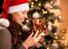 La Navidad. Rectángulo de regalo de la apertura de la mujer Imágenes de archivo libres de regalías
