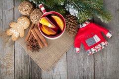 La Navidad reflexionó sobre el vino con el árbol de abeto y la decoración Imagen de archivo libre de regalías