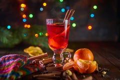 La Navidad reflexionó sobre el vino con las naranjas y las especias con las luces del bokeh Fotografía de archivo libre de regalías
