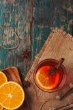 La Navidad reflexionó sobre el vino en una tabla de madera rústica Concepto de los días de fiesta Imágenes de archivo libres de regalías