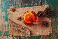 La Navidad reflexionó sobre el vino en una tabla de madera rústica Concepto de los días de fiesta Fotos de archivo