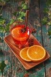La Navidad reflexionó sobre el vino en una tabla de madera rústica Concepto de los días de fiesta Imagenes de archivo