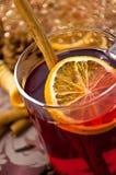 La Navidad reflexionó sobre el vino o el gluhwein con las especias y las rebanadas anaranjadas en la tabla, bebida del traditionl fotos de archivo libres de regalías
