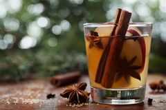 La Navidad reflexionó sobre la sidra de manzana con las especias canela, clavos, anís y miel en la tabla rústica, bebida tradicio fotografía de archivo libre de regalías