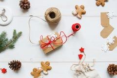 La Navidad Regalo de la Navidad con las decoraciones de la Navidad en la tabla blanca de madera Imagen de archivo libre de regalías