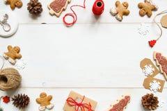 La Navidad Regalo de la Navidad con las decoraciones de la Navidad en la tabla blanca de madera Fotos de archivo libres de regalías