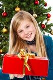 La Navidad - regalo y sonrisa de la explotación agrícola de la muchacha Foto de archivo libre de regalías