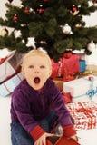 La Navidad - regalos sorprendidos de la apertura del niño Imagenes de archivo
