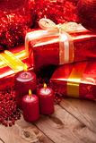 La Navidad - regalos y velas foto de archivo libre de regalías