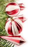 La Navidad roja adorna la frontera   Fotografía de archivo libre de regalías