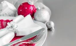 La Navidad roja y de plata adorna la frontera Foto de archivo