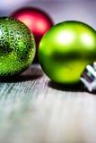La Navidad roja y verde adorna el fondo Imagenes de archivo