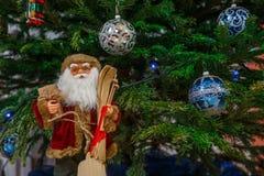 La Navidad Santa Claus Doll El juguete de la Navidad debajo del árbol de navidad Santa Clausl crea una atmósfera de la Navidad pa Foto de archivo libre de regalías
