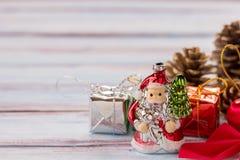 La Navidad Santa Cruz y decoración del Año Nuevo en viejo woode del grunge Imagen de archivo libre de regalías