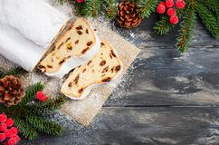 La Navidad stollen Alemán tradicional, postre festivo europeo Concepto del día de fiesta adornado con las ramas del abeto Fotografía de archivo