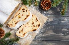 La Navidad stollen Alemán tradicional, postre festivo europeo Concepto del día de fiesta adornado con las ramas del abeto Imagenes de archivo