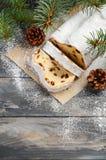 La Navidad stollen Alemán tradicional, postre festivo europeo Concepto del día de fiesta adornado con las ramas del abeto Fotos de archivo libres de regalías