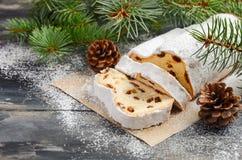 La Navidad stollen Alemán tradicional, postre festivo europeo Concepto del día de fiesta adornado con las ramas del abeto Imágenes de archivo libres de regalías