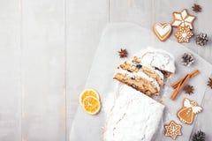 La Navidad stollen en la tabla gris foto de archivo libre de regalías
