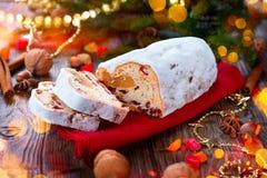 La Navidad stollen Pan dulce tradicional de la fruta foto de archivo