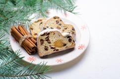 La Navidad Stollen, torta tradicional del pan de la fruta, postre festivo por vacaciones de invierno imagenes de archivo