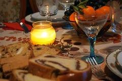 La Navidad/tabla festiva del nuevo año del ` s en la luz de la vela Foto de archivo libre de regalías