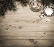 La Navidad Tabla, rama del pino y artículos vintages de madera antiguos Bandeja, bifurcación de plata y cuchara, atadas con un ar imágenes de archivo libres de regalías