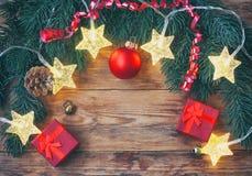 La Navidad, tarjeta de felicitación del Año Nuevo, guirnalda ligera de la estrella, regalo rojo Imágenes de archivo libres de regalías