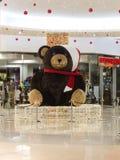 La Navidad Teddy Bear en alameda de compras Muchos ornamentos y regalos del día de fiesta Fotografía de archivo