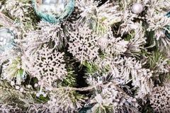 La Navidad tradicional o el Año Nuevo adornó el árbol con un juguete de plata del copo de nieve Fotografía de archivo
