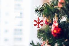 La Navidad tradicional o el Año Nuevo adornó el árbol con un juguete del copo de nieve Fotografía de archivo