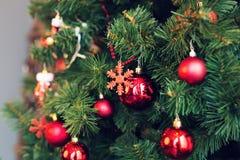 La Navidad tradicional o el Año Nuevo adornó el árbol con un juguete del copo de nieve Fotografía de archivo libre de regalías