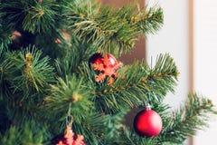 La Navidad tradicional o el Año Nuevo adornó el árbol con un juguete del copo de nieve Fotos de archivo