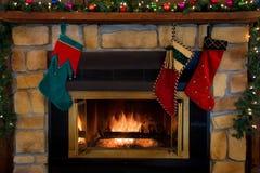 La Navidad tres medias que cuelgan sobre la chimenea fotografía de archivo libre de regalías