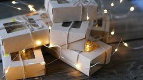La Navidad - un grupo de regalos en el fondo de guirnaldas Primer metrajes