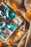 La Navidad - un grupo de regalos en el fondo de guirnaldas Primer imagenes de archivo
