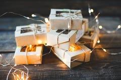 La Navidad - un grupo de regalos en el fondo de guirnaldas Primer foto de archivo libre de regalías