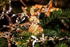 La Navidad una ejecución del adorno de la paja en el árbol Fotografía de archivo libre de regalías