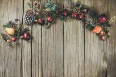 La Navidad vacía adornó la sobremesa de madera lista para el montaje de la exhibición del producto Imagen de archivo libre de regalías