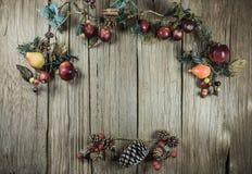 La Navidad vacía adornó la sobremesa de madera lista para el montaje de la exhibición del producto Foto de archivo libre de regalías