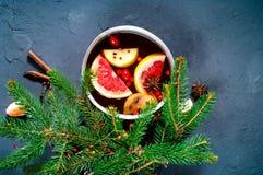 La Navidad Vino reflexionado sobre caliente con los ingredientes en cucharón auténtica en fondo concreto azul foto de archivo libre de regalías