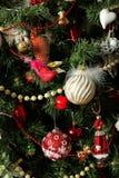 La Navidad y Año Nuevo - corte el árbol de navidad del Año Nuevo con los juguetes Imagen de archivo